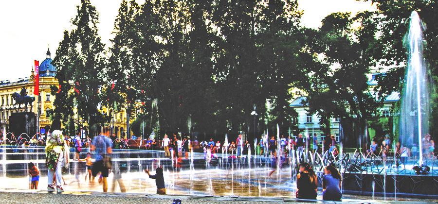 Zatłoczona fontanna na Krakowskim Przedmieściu