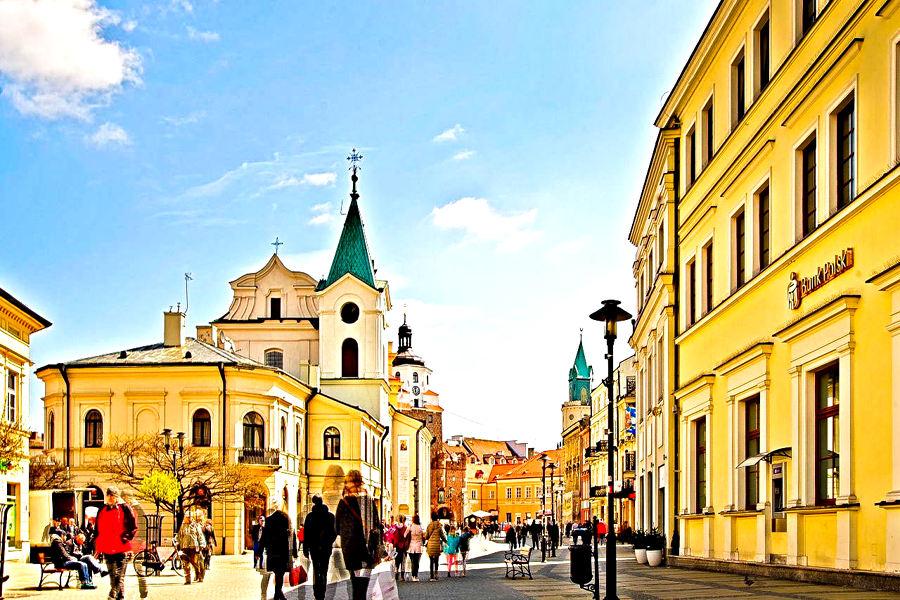 Widok na kościół, bramę i wieżę