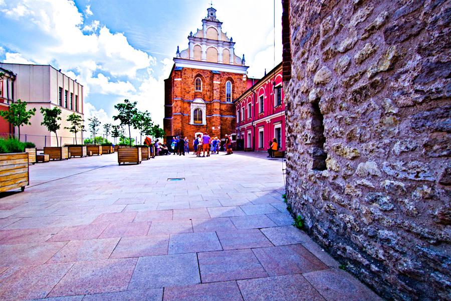 Turyści oczekują przed Kaplicą Świętej Trójcy na Zamku w Lublinie