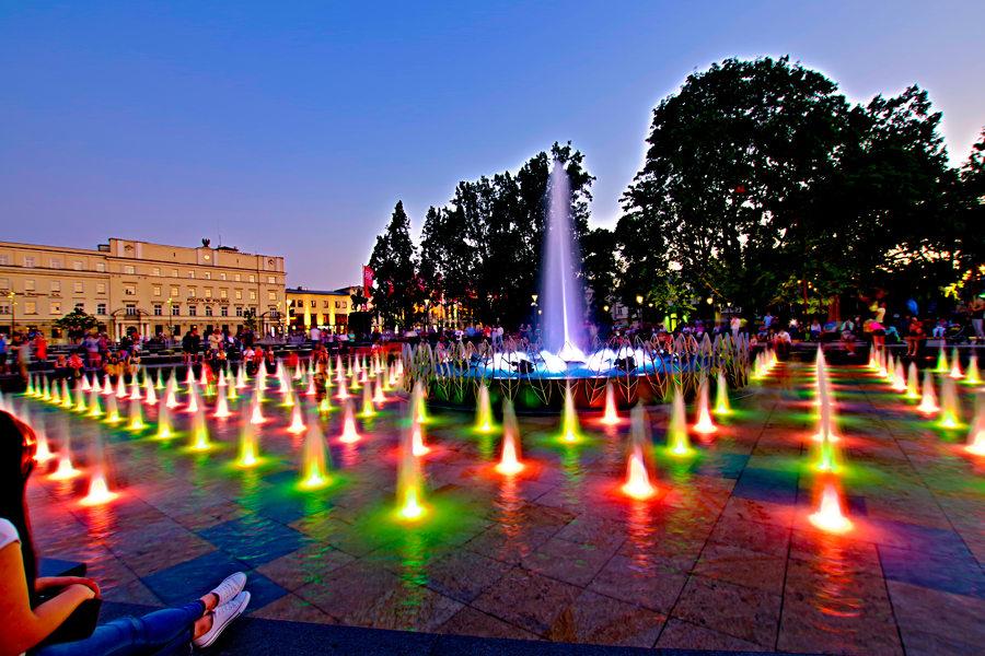 Wieczorny relaks nad fontanną koło Hotelu Europa w Lublinie