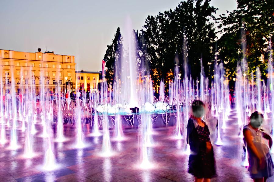 Dwie kobiety w fontannie multimedialnej w Lublinie