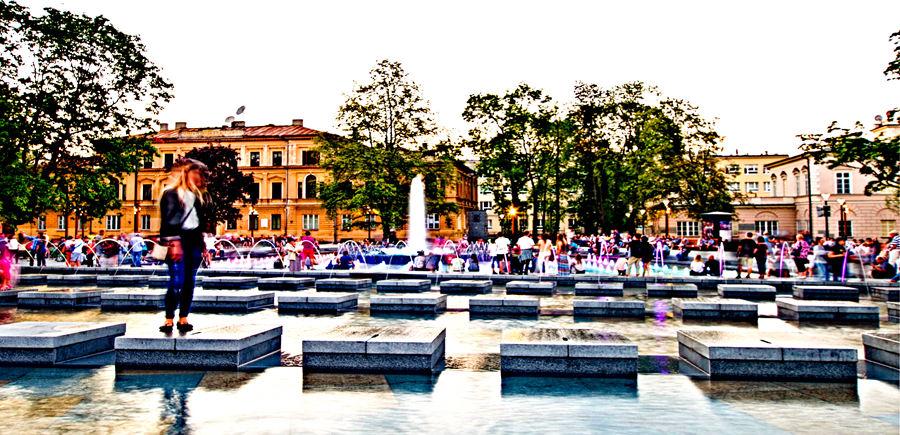 Lublin - fontanna multimedialna; dziewczyna na stopniu wodnym