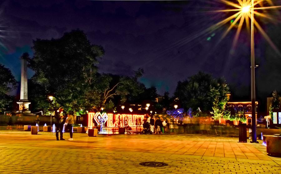 Tłum ludzi przed hotelem, obok pomnika Unii  Lubelskiej