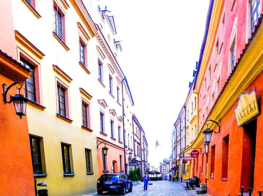 Człowiek na ulicy Grodzkiej w Lublinie