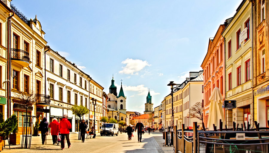Deptak między hotelem i Placem Litewskim