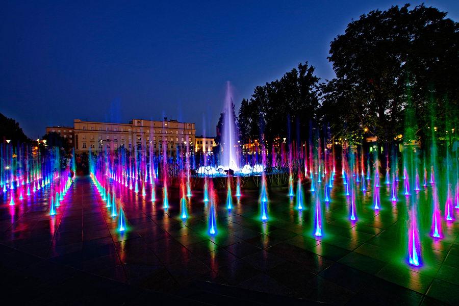 Gry wodne w fontannie niedaleko Hotelu Campanile