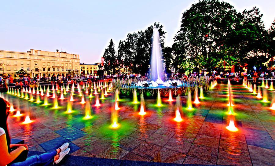 Wypoczynek przy fontannie obok hotelu w Lublinie