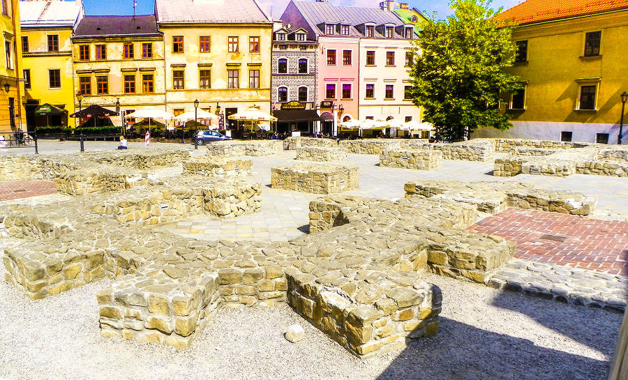 Odsłonięte fundamenty nieistniejącego kościoła farnego, km od Arche Hotel Lublin
