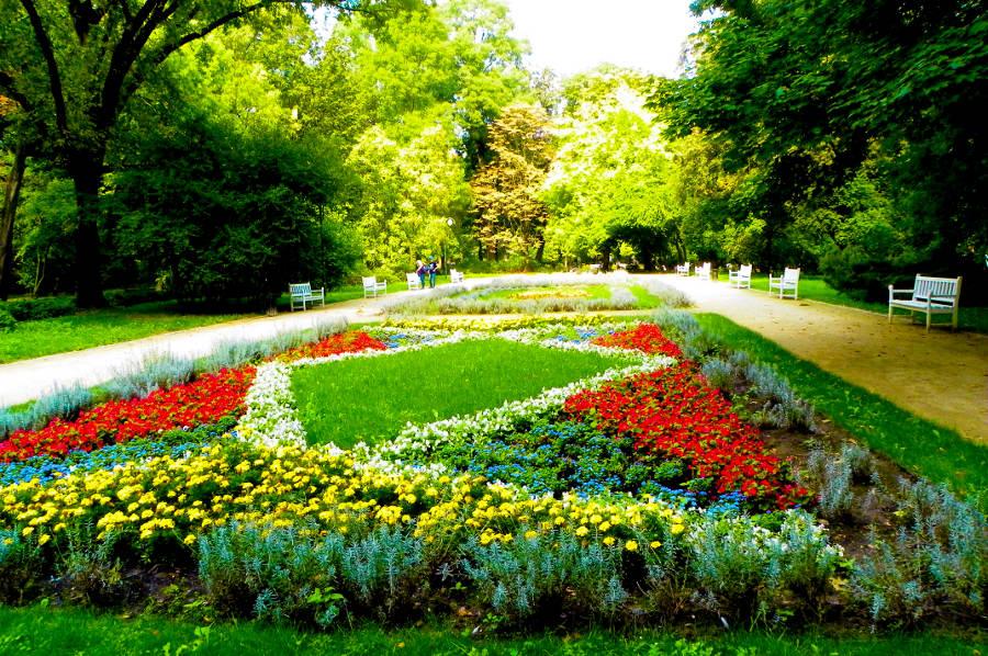 Kwieciste rabaty w parku obok Hotel Mercure Lublin
