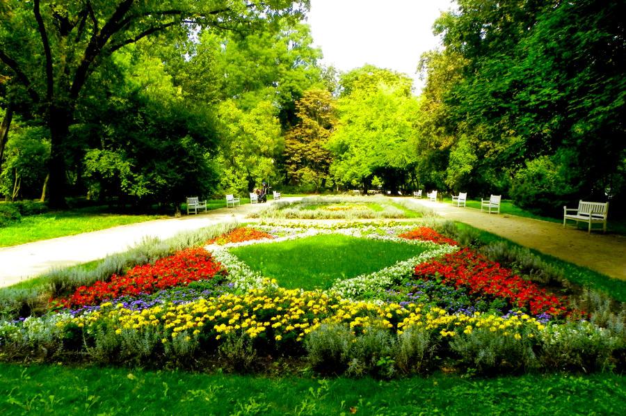 Rabaty kwiatowe w pobliżu Hotel Campanile Lublin