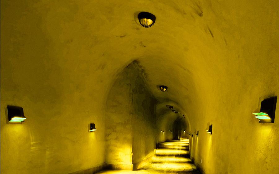 W ciasnym korytarzu podziemnym