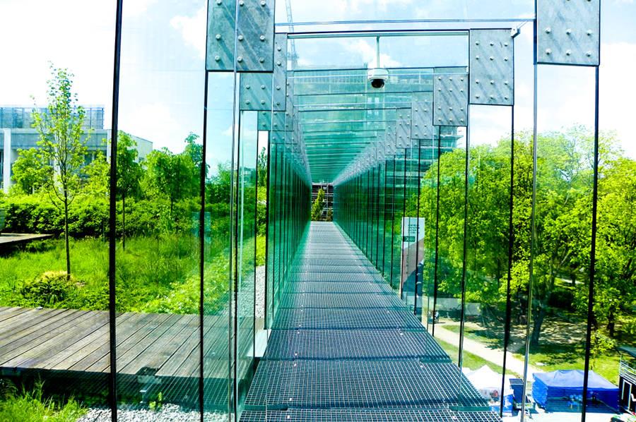 W szklanym korytarzu tarasu