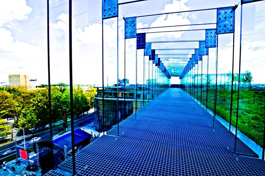 W tunelu widokowym na dachu Centrum Spotkania Kultur