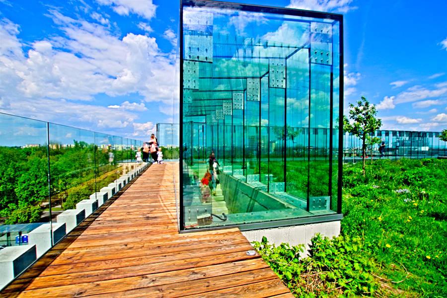 Widok na szklany korytarz