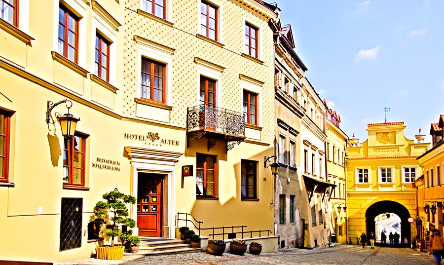 Zdjęcie zbliżone na Hotel Alter i Bramę Grodzką w Lublinie