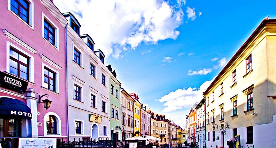 Hotel Alter na odległym planie zdjęcia ul. Grodzkiej w Lublinie