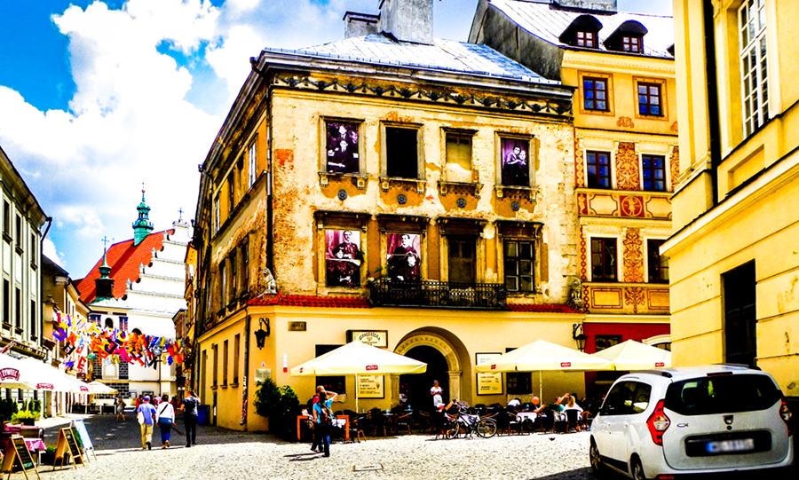 Kamienica pod Lwami obok hotelu Trybunalska w Lublinie