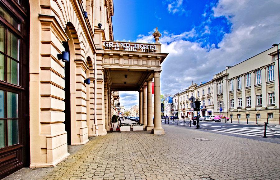 Wejście do IBB Grand Hotel Lublinianka - zdjęcie w perspektywie