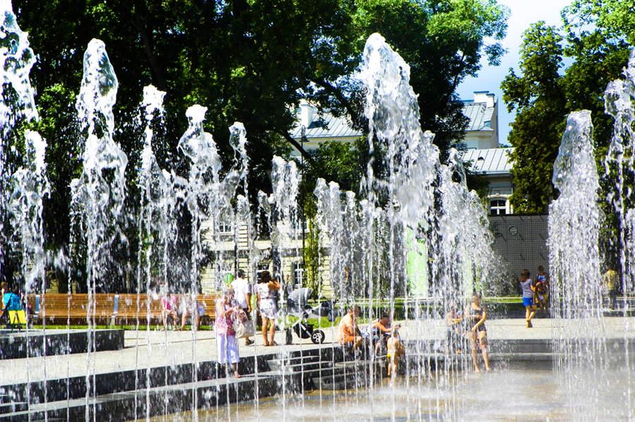 Wielkie rozbryzgi fontanny blisko Folk Hostel