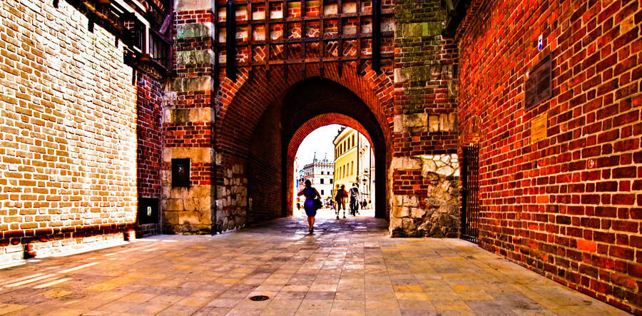 Z Lolek Hostel przez Bramę Krakowską na Stare Miasto