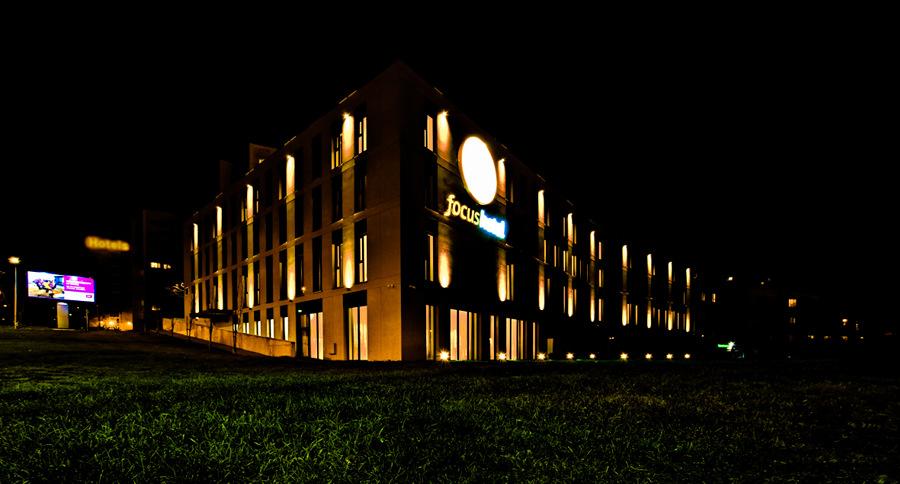 Focus Hotel Premium Lublin nocą, z daleka, w galerii zdjęć