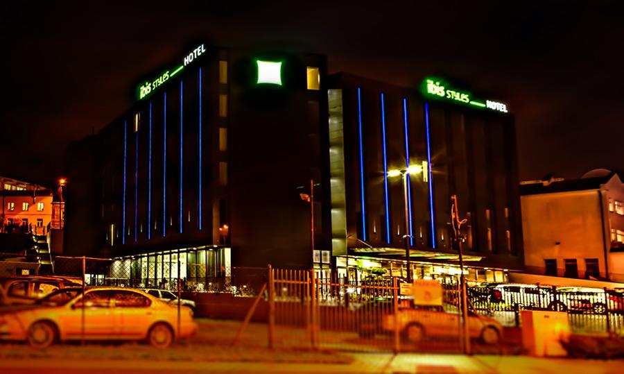Hotel Ibis Styles nocą, do galerii zdjęć
