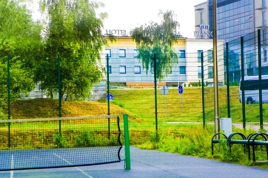 Hotel Piano w Lublinie - widok z kortu tenisowego do galerii zdjęć