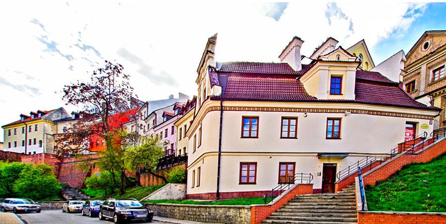 Bramma Cafe na tle Starego Miasta w Lublinie, w galerii zdjęć