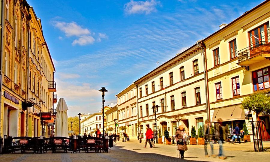 Folk Hostel w Lublinie, na dalekim planie Krakowskiego Przedmieścia, w galerii zdjęć