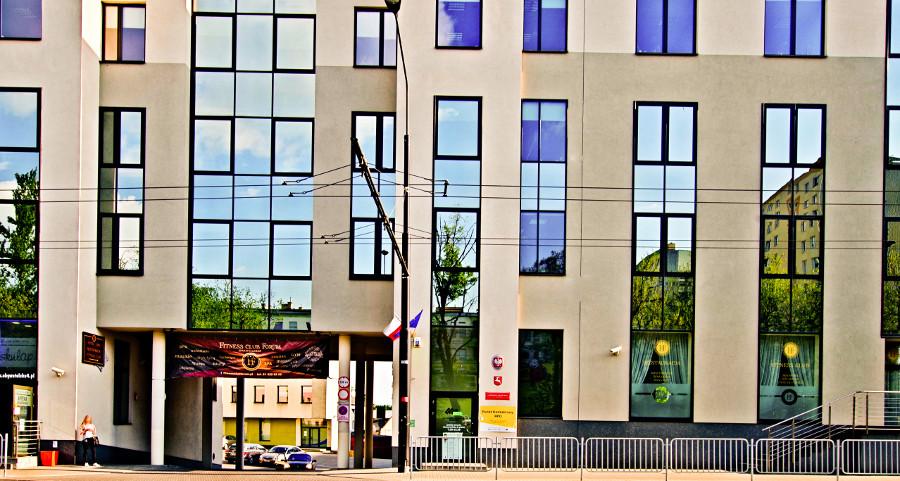 Brama wjazdowa do Hotelu Forum w Lublinie, w galerii zdjęć
