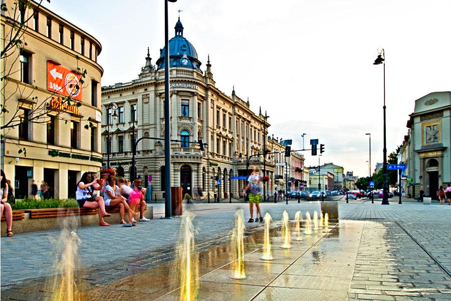 Żółta woda wodotrysku obok IBB Grand Hotelu Lublinianka, w galerii zdjęć