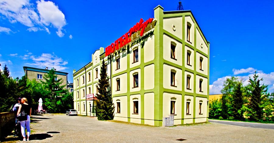 Turyści przed Hotelem Młyn w Lublinie - zdjęcie do galerii