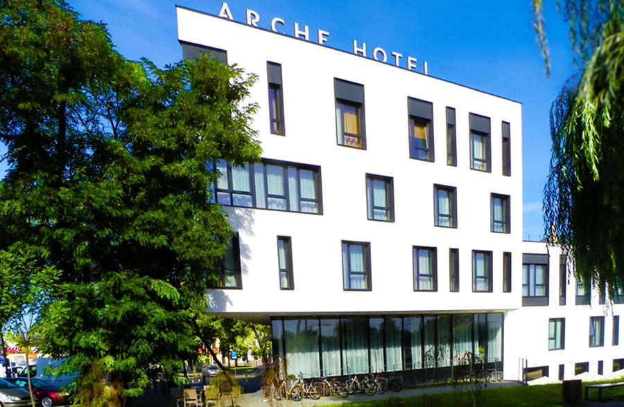 Naroże frontonu Arche Hotel Lublin, do galerii zdjęć