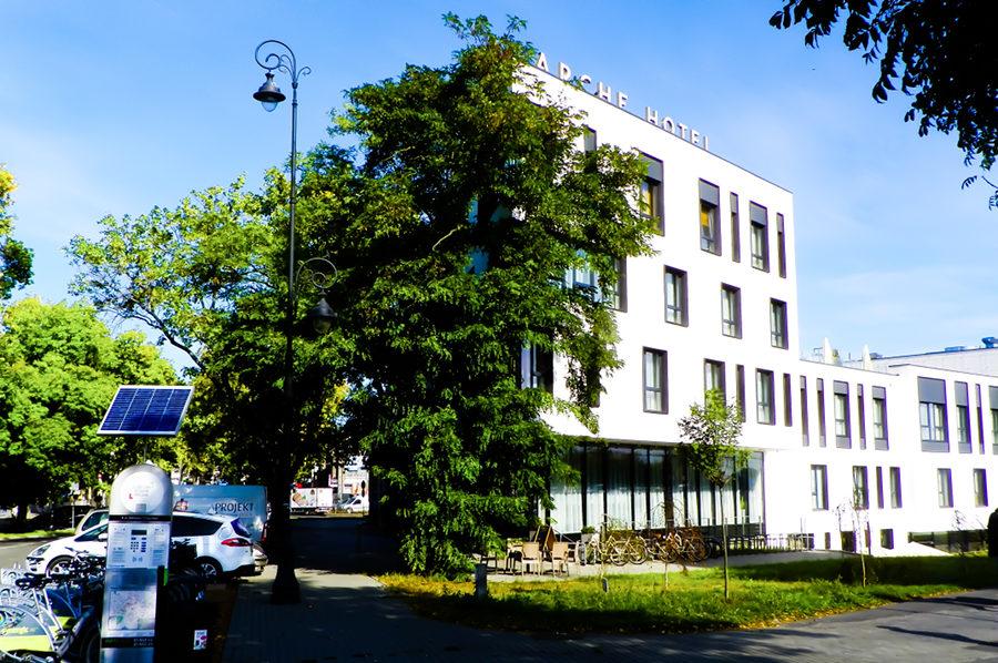 Arche Hotel Lublin w letnim słońcu, na zdjęciu do galerii