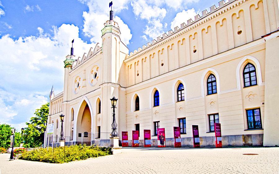 Atrakcje turystyczne Lublina - perspektywa fasady zamku, na zdjęciu do galerii