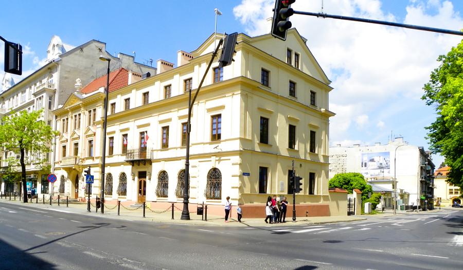 Widok z Krakowskiego Przedmieścia w Lublinie na Cent Hostel, do galerii zdjęć