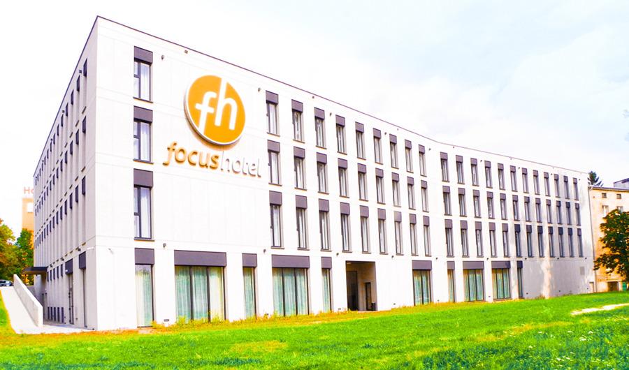 Focus Hotel Premium Lublin - widok z boku na fasadę, do galerii zdjęć