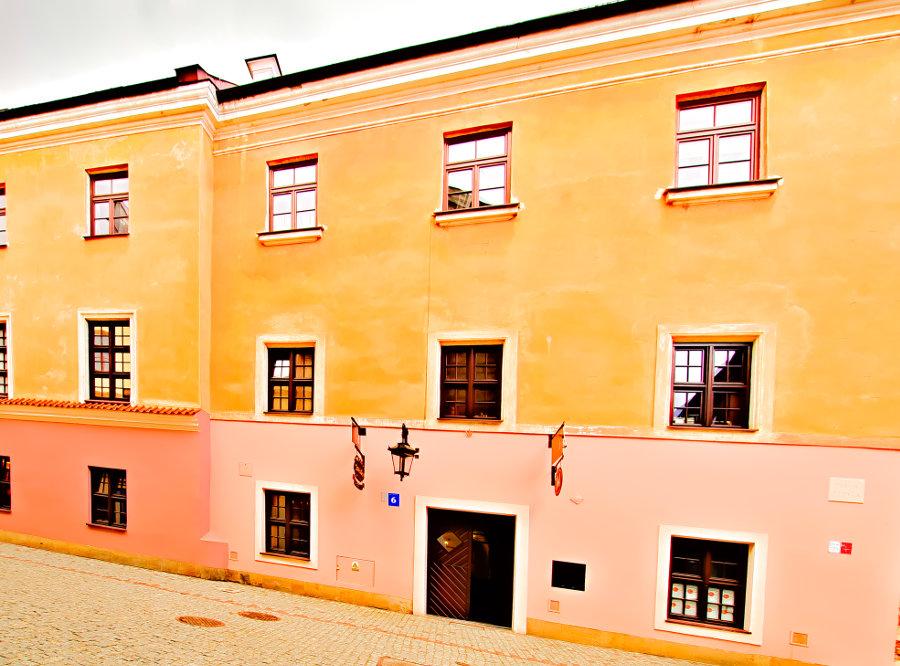 Fronton kamienicy Apartamentów Nr 6 w Lublinie - zdjęcie do galerii