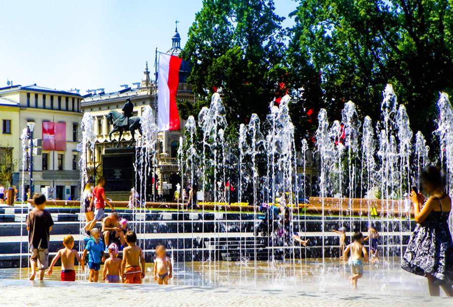 Dziecięce igraszki w fontannie obok IBB Grand Hotelu Lublinianka - zdjęcie do galerii