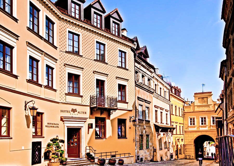 Hotel Alter w Lublinie z Bramą Grodzką na dalekim planie - zdjęcie do galerii