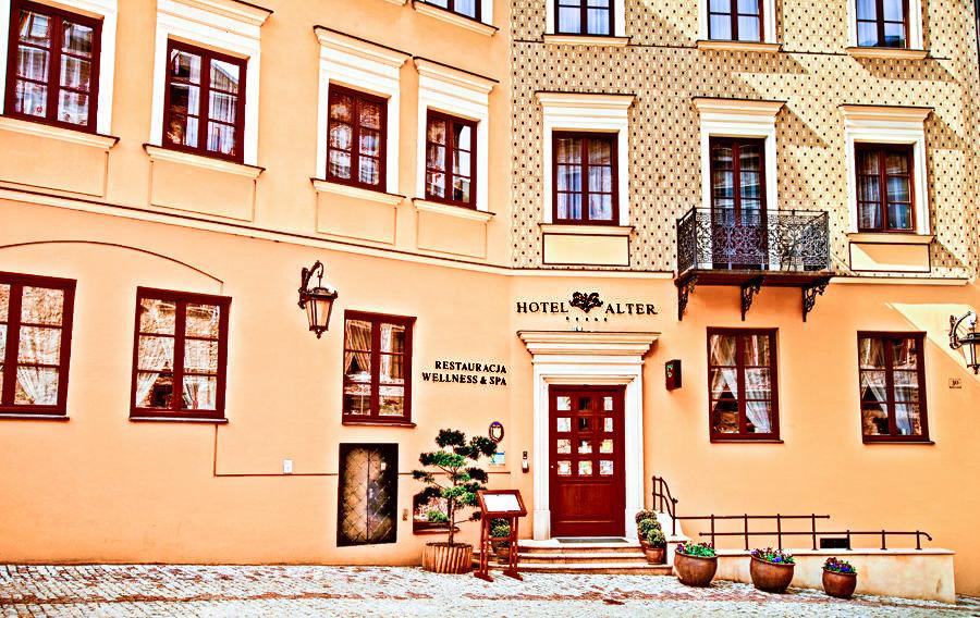 Frontonik Hotelu Alter w Lublinie, do galerii zdjęć