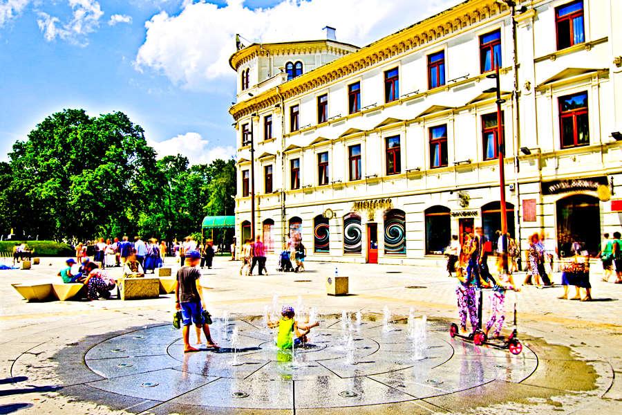 Dzieci przed Hotelem Europa w Lublinie - zdjęcie do galerii