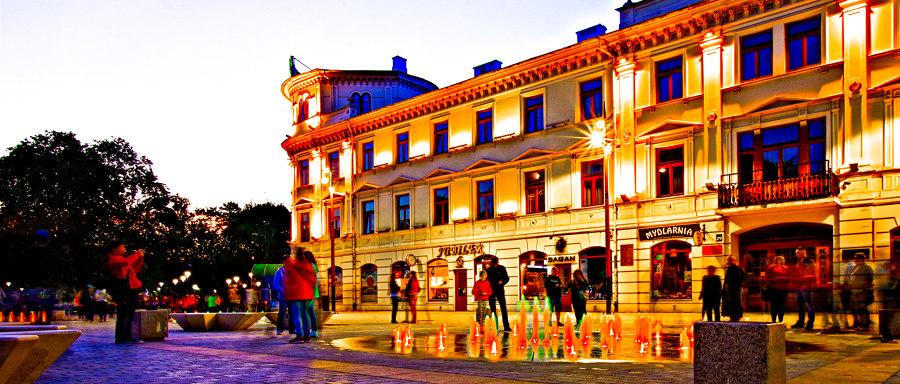 Kolorowa fontanna przy fasadzie Hotelu Europa w Lublinie - zdjęcie do galerii