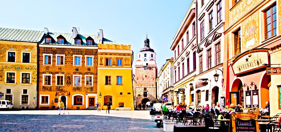 Hotel Trybunalska w Lublinie w perspektywie na tle zabytkowych kamienic - zdjęcie do galerii