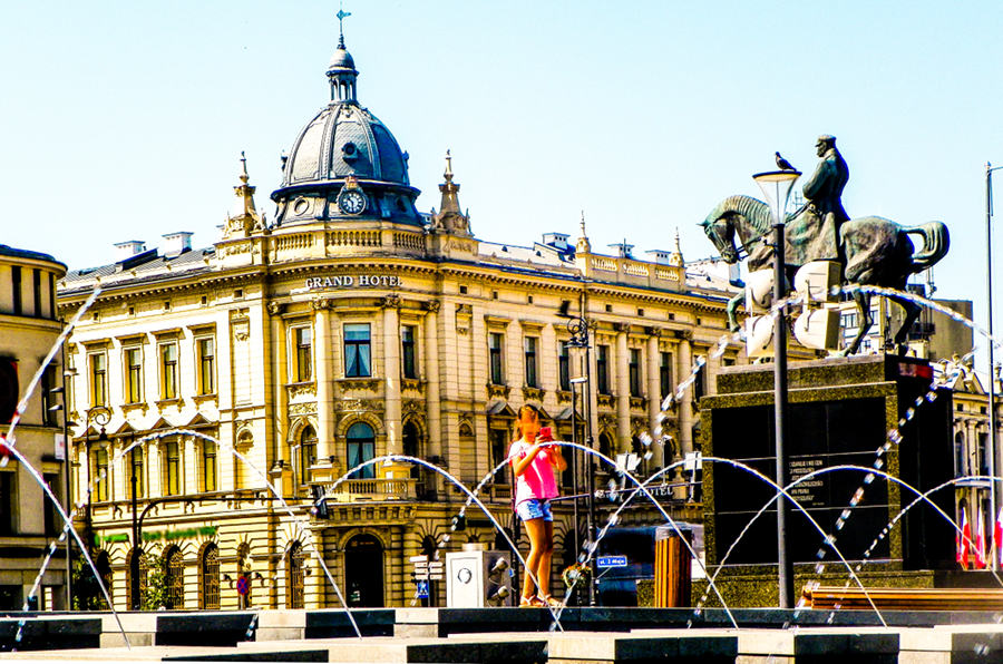 Dziewczynka na tle IBB Grand Hotelu Lublinianka - zdjęcie do galerii