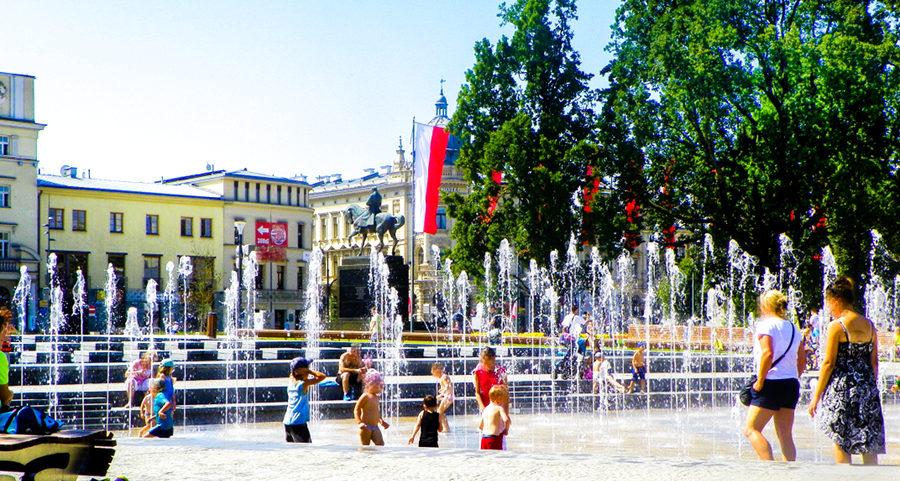 Kąpiel w fontannie obok IBB Grand Hotelu Lublinianka - do galerii zdjęć
