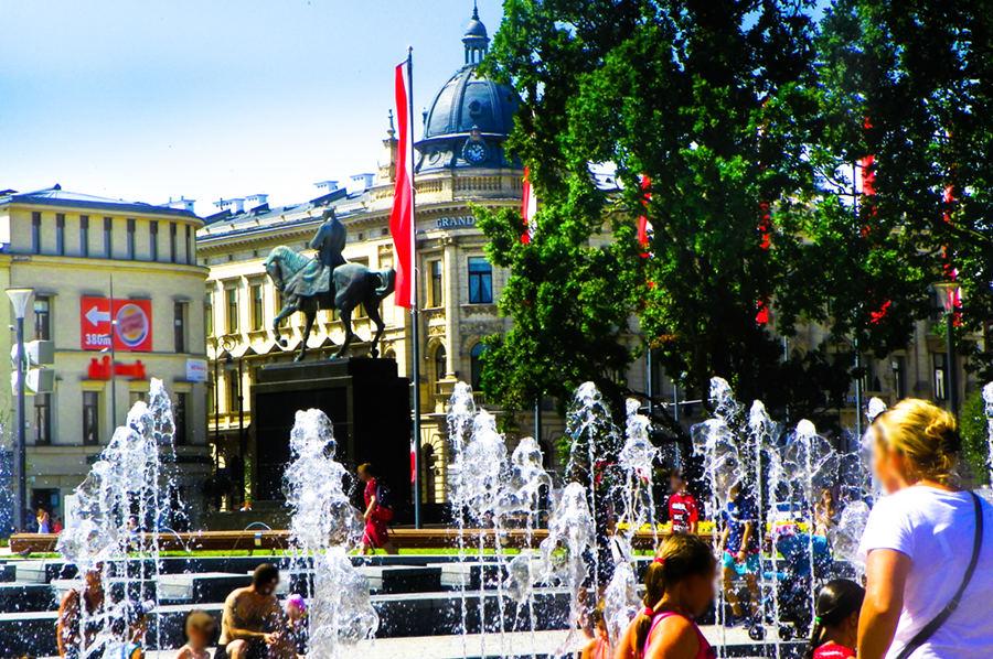 Wodne stwory fontanny pod IBB Grand Hotelem Lublinianka - do galerii zdjęć