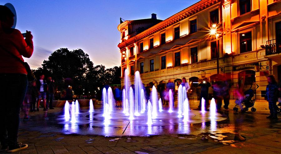 Wodotrysk nocą, przy Hotelu Europa w Lublinie - zdjęcie do galerii