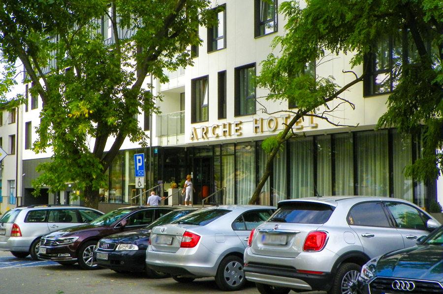 Turyści przed Arche Hotel Lublin - zdjęcie do galerii