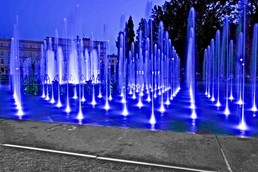 Atrakcje turystyczne Lublina - fontanna multimedialna na niebiesko